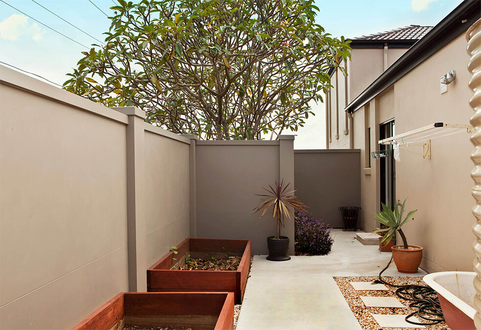 Courtyard privacy wall with external capping